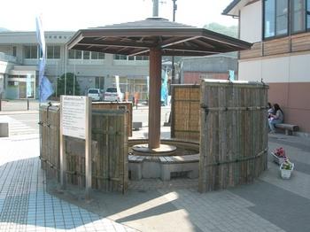 20100717-03女川駅前足湯「笠貝島」.JPG
