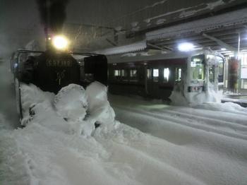 20101225(11)会津若松にXmasトレイン到着.jpg