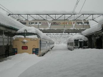 20101226(02)26日9時頃の会津若松駅.JPG