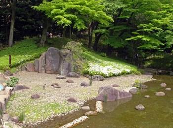 小石川後楽園大堰川と屏風岩.jpg