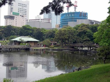 浜離宮恩賜庭園09中島橋と中島の御茶屋.jpg