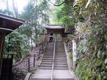 鞍馬寺奥の院05小さな門.JPG