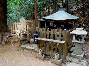 鞍馬寺奥の院09背比べ石.JPG